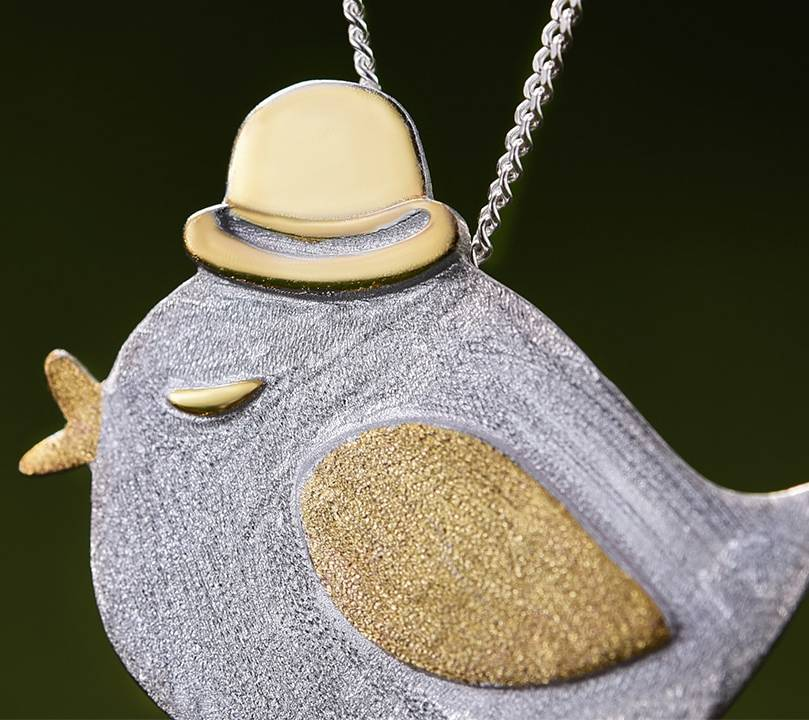Kleiner Vogel mit Hut, gebürstet und teilvergoldet | 925 Anhänger 925 Ketten-Anhänger 3